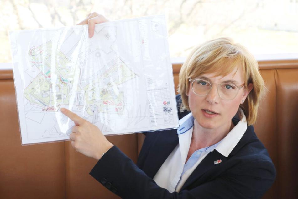 Kathrin Weiß, Geschäftsführerin der Bundesgartenschau mit den Umbauplänen für Erfurt.