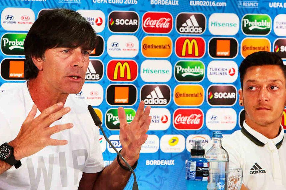 DFB-Coach Joachim Löw ((l.) wird am 29. August die personellen Konsequenzen verkünden. Trifft es Mesut Özil (r.)?