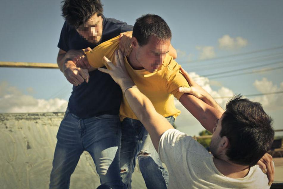 Eine ganze Männergruppe schlug und trat den 24-Jährigen. (Symbolbild)