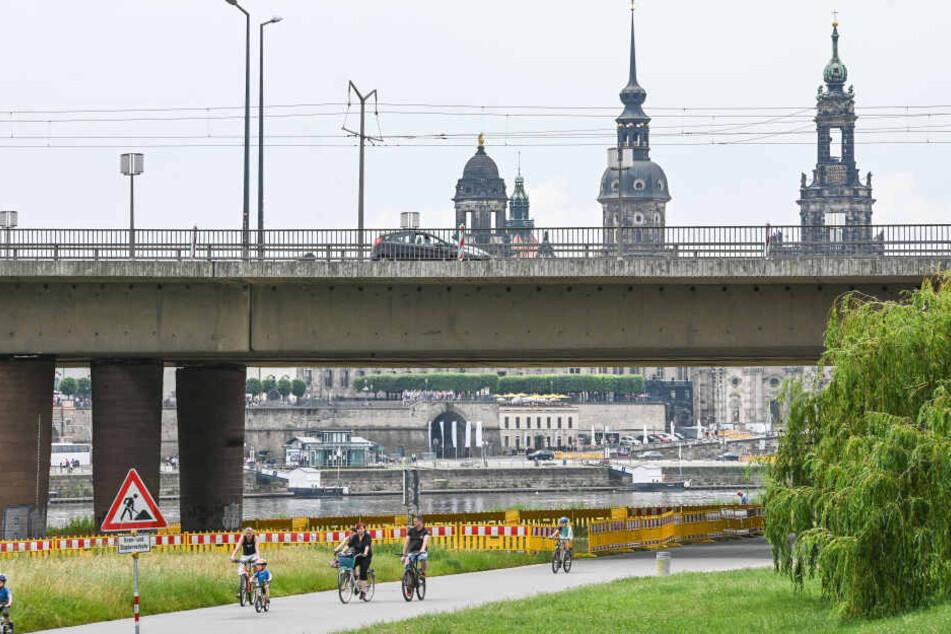 Wegen Bröckelgefahr sind Teile der Elbwiesen unterhalb der Brücke bereits abgesperrt.