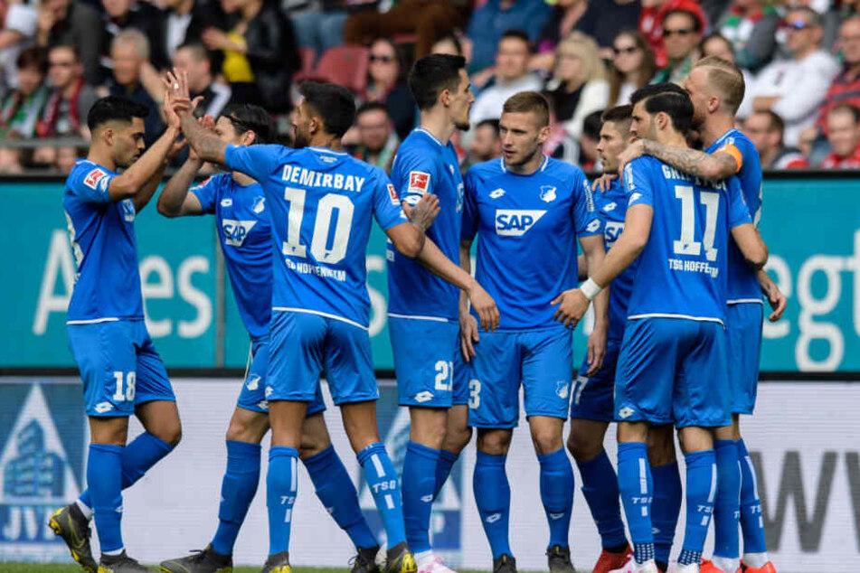 Die Hoffenheimer bejubeln den 1:0-Führungstreffer von Andrej Kramarić (Dritter von rechts) in der 5. Spielminute.