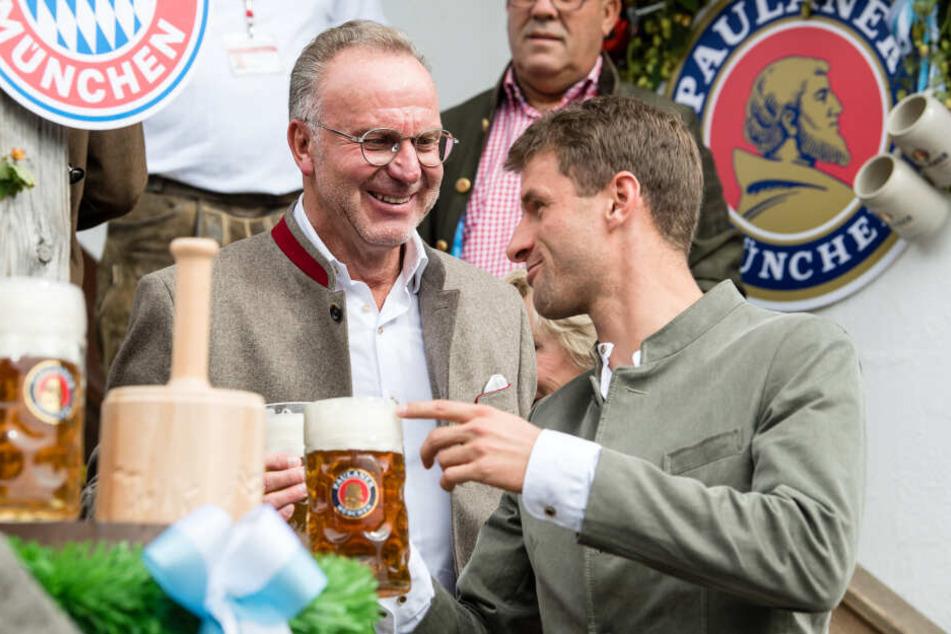 Karl-Heinz Rummenigge (l), Vorstandschef vom FC Bayern, und Spieler Thomas Müller bei einem Besuch auf dem Oktoberfest.