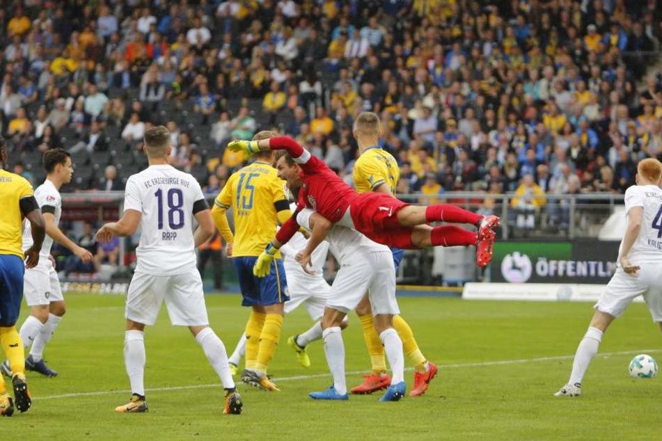 Autsch! FCE-Keeper Martin Männel fliegt nach einer Ecke am Ball vorbei und  landet unsanft.