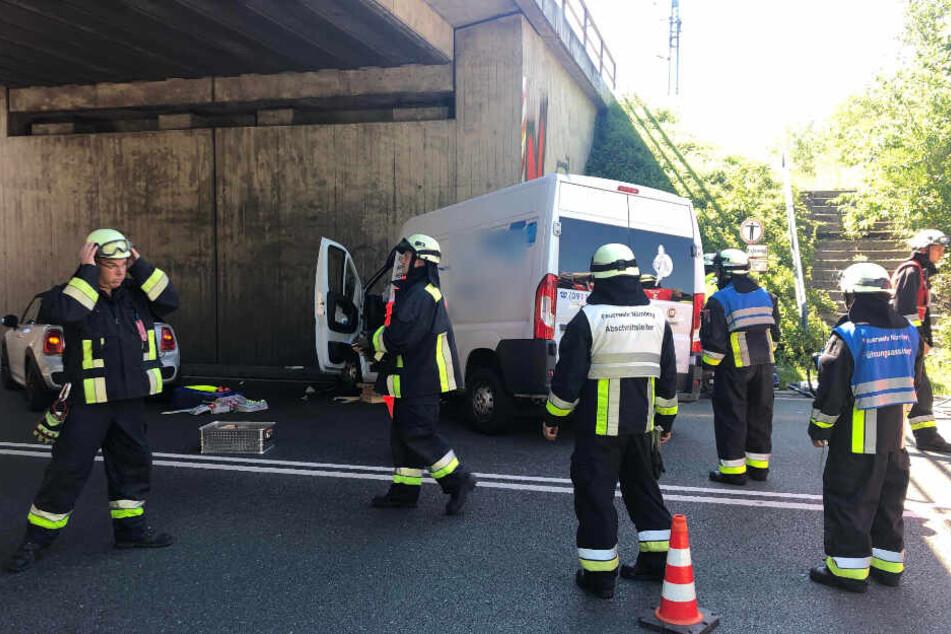 Die Feuerwehr musste das Wrack aufschneiden, um den Beifahrer aus dem Transporter zu befreien.