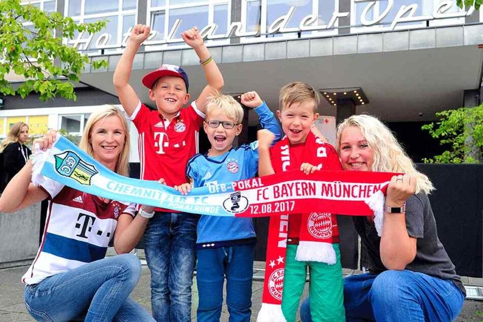 """Claudia Geringswald (24), Max (8), Arvid (6), Arne (7) und Sabrina Uhlig (26) warteten gestern fünf Stunden lang auf ihre Idole vorm """"Hotel an der Oper""""."""