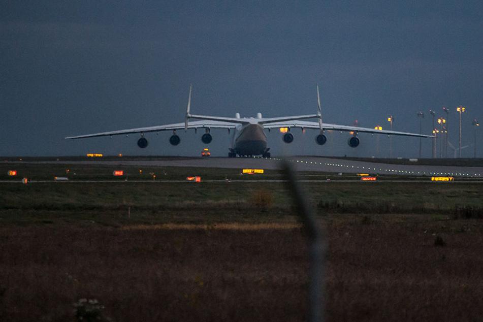 Eine Maschine vom Typ Antonov ist auf dem Flughafen Leipzig/Halle unterwegs zur Startbahn.