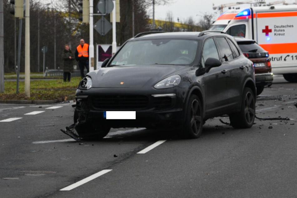 Der Fahrer dieses Porsches missachtete offenbar die rote Ampel und krachte in zwei Autos. Im Hintergrund ist noch der ebenfalls am Unfall beteiligte Peugeot zu sehen und ein Krankenwagen.