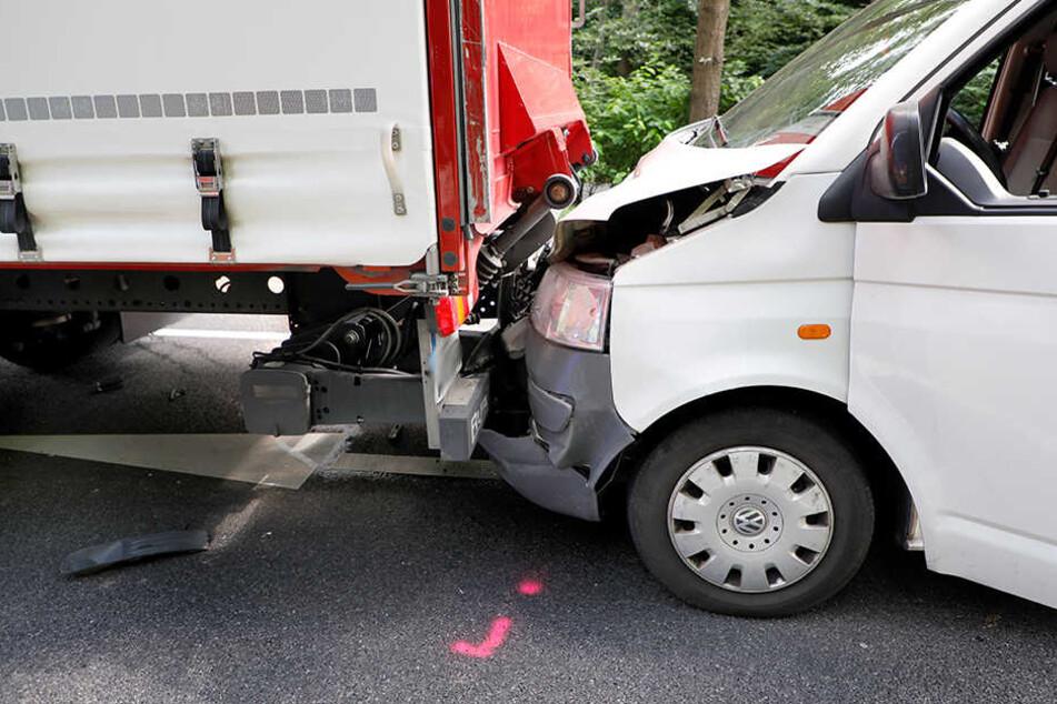 Der VW schob sich unter den haltenden Laster.