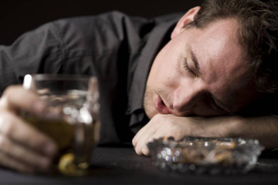 Zu Lebzeiten machte der Alkoholiker-Vater seiner Familie das Leben schwer. (Symbolbild).