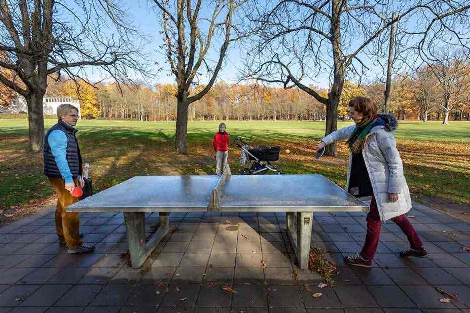 Frische Luft, viel Bewegung: Ilja Nikitin (36), Lydmila (34) und Andrej (8) nutzten das Herbstwetter, vergnügten sich im Küchwald.