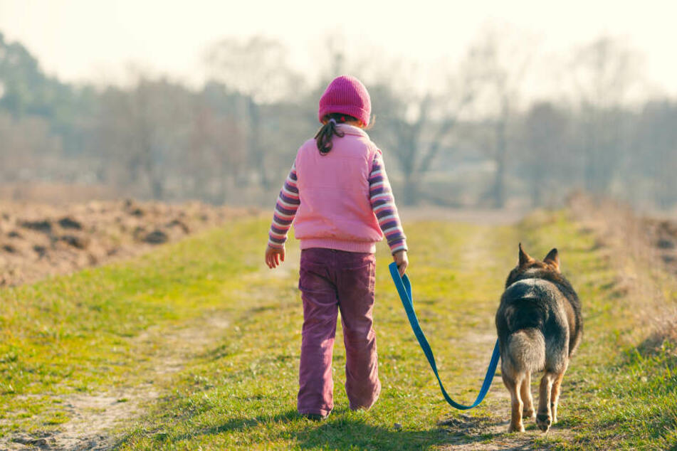 Eine 12-Jährige geht mit ihrem Hund Gassi, doch dann passiert ein Unglück