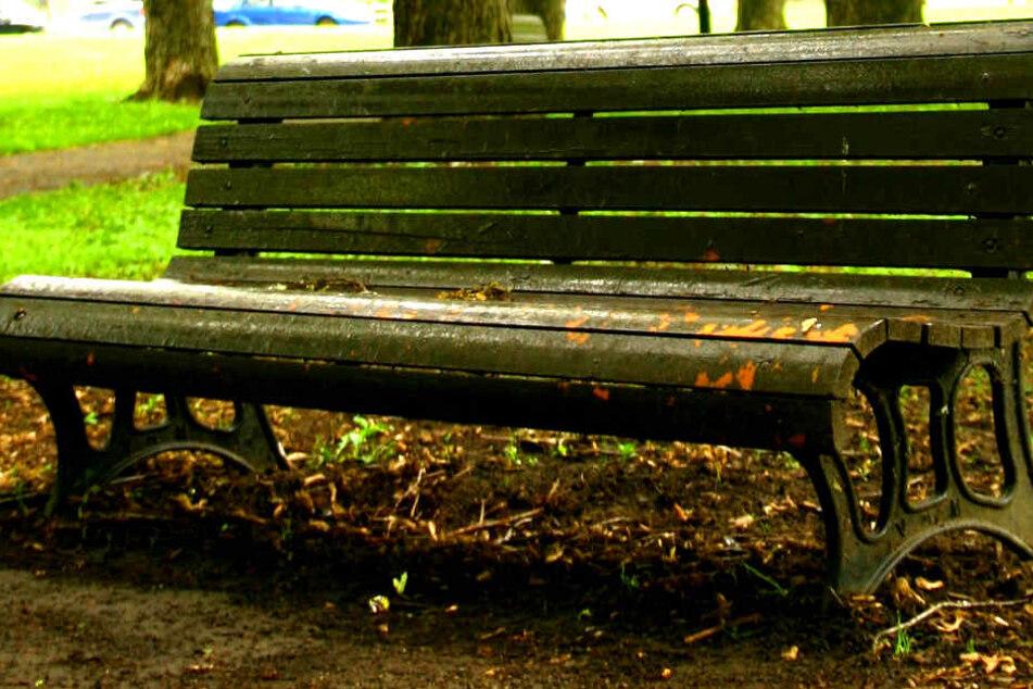 Ermordet? Lebloser Mann auf Parkbank gefunden