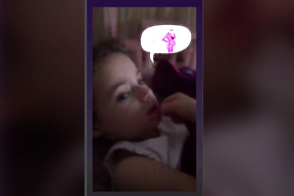 Tochter Sophia hört Mama Daniela Katzenberger gespannt zu.