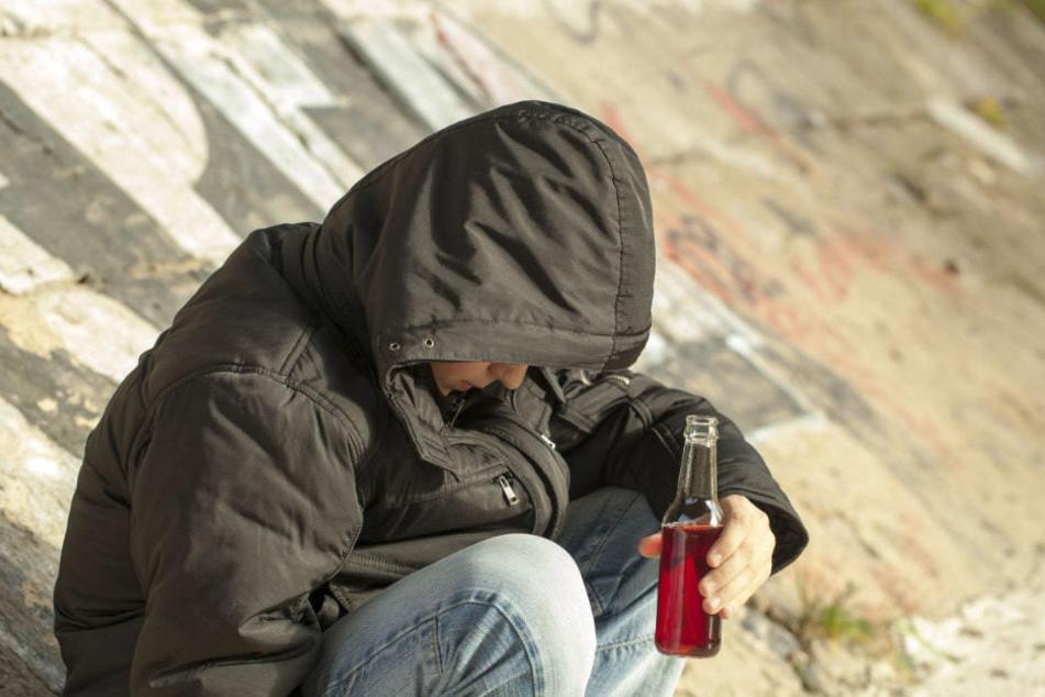 Der betrunkene Mann ging vor dem Revier immer wieder zu Boden. (Symbolbild)