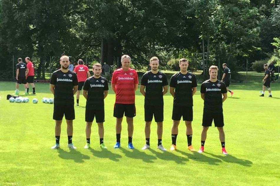 Die Neuzugänge Rico Benatelli, Justin Löwe (U19), Lucas Röser, Sören Gonther und Patrick Möschl (v.l. in Schwarz) mit Trainer Uwe Neuhaus.