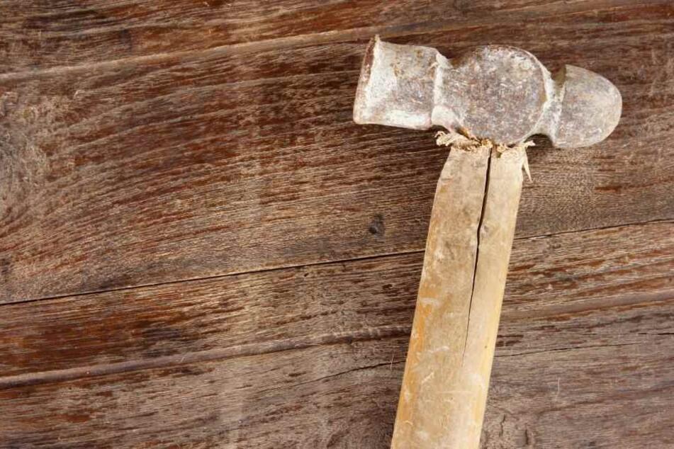 Nach der Tat, bei dem er einem Mann den Kopf mit einem Hammer zertrümmerte, war der Mörder mit Bekannten unterwegs und völlig unbekümmert gewesen. (Symbolbild)