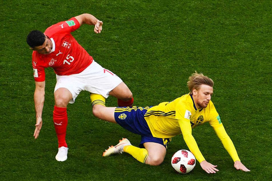 Der Schweizer Blerim Dzemaili (l.) und Schwedens Emil Forsberg (r.) von RB Leipzig kämpfen um den Ball.