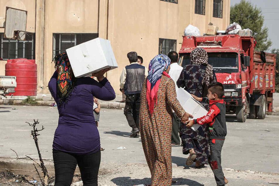 Vertriebene Flüchtlinge aus der Stadt Ras al-Ain erhalten Hilfe von der Hevi Foundation, einer gemeinnütziger Organisation.