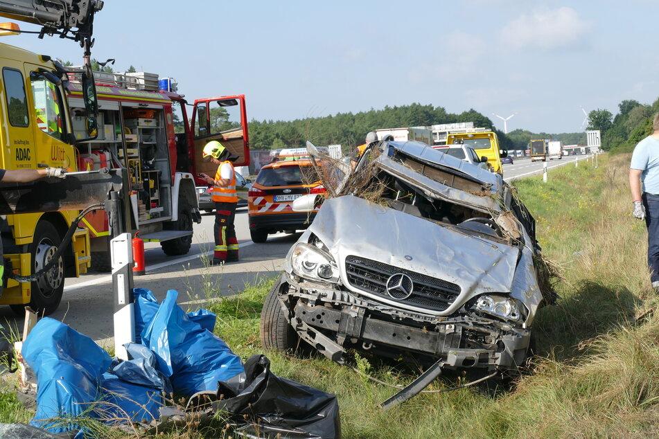 Der Mercedes überschlug sich und landete 60 Meter neben der Autobahn auf dem Dach.