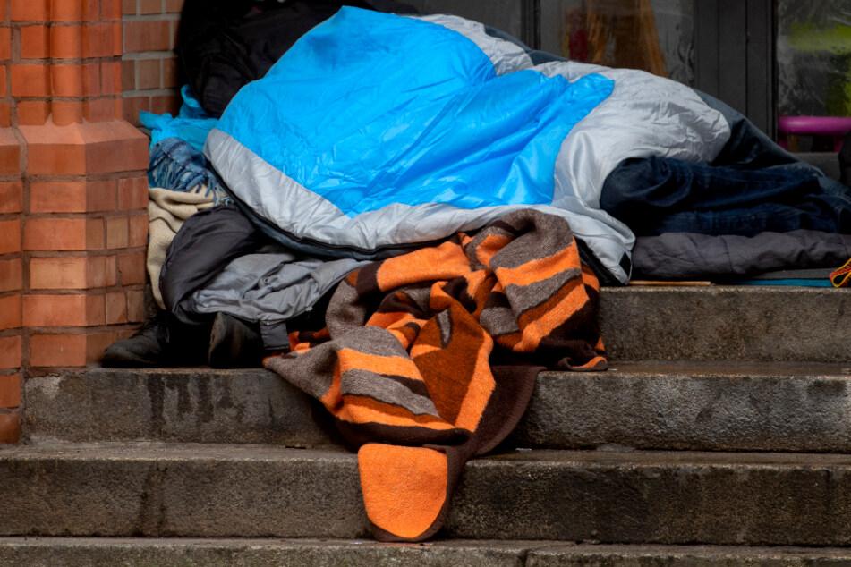 Kleidung eines Obdachlosen angezündet: Polizei nimmt Verdächtigen fest!