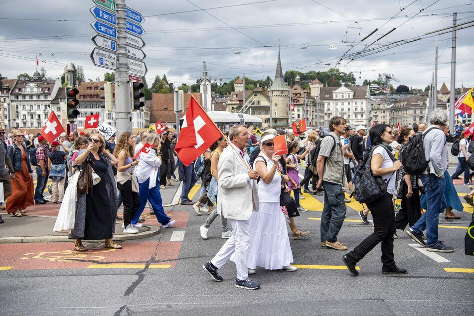 """Schweiz, Luzern: Demonstranten versammeln sich zu einer Kundgebung des sogenannten """"Aktionsbündnis der Urkantone"""" gegen die Corona-Maßnahmen des Bundes."""