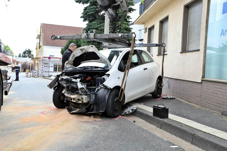 Der völlig zerstörte Toyota musste abgeschleppt werden.