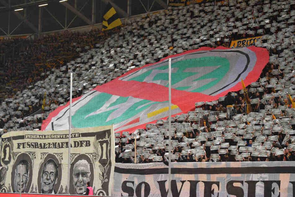 Auch die Dynamo-Fans protestierten am Freitag mit dem besonderen Euro-Schein mit den Köpfen von Reinhard Grindel, Rainer Koch und Franz Beckenbauer.