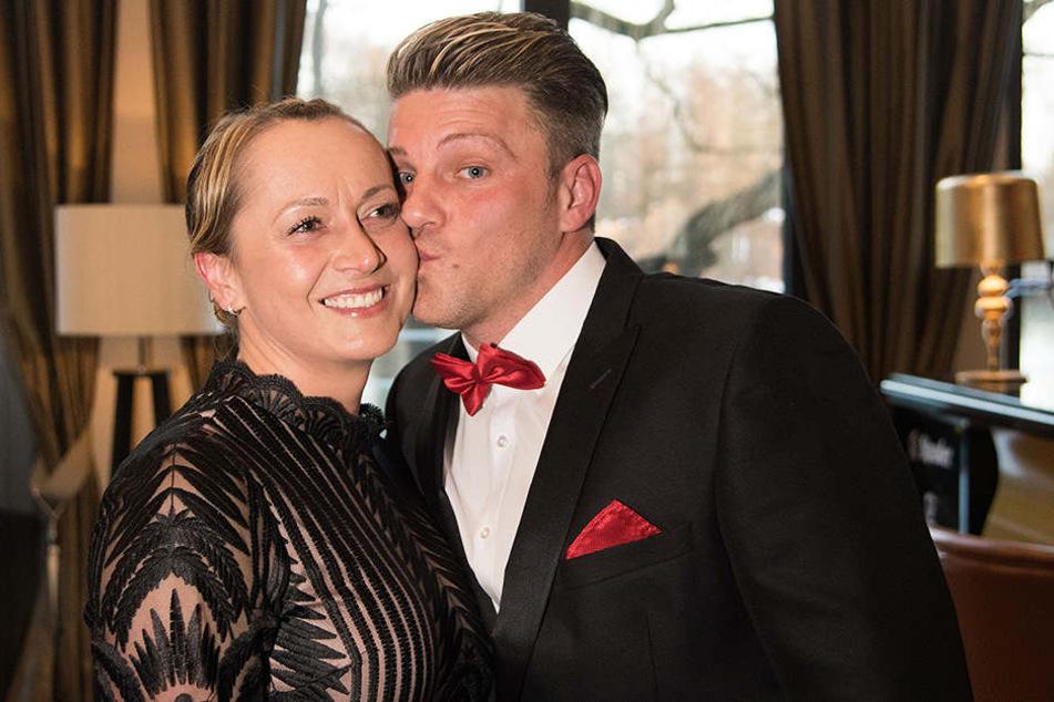 Lukas Kwasniok bei der Auszeichnung zum Fußball-Lehrer mit seiner Frau Anna.