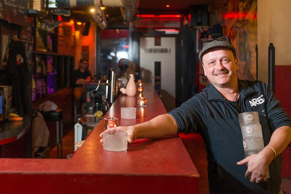 """Barkeeper Ralf Schweder (52) stellt im """"Lebowski"""" die Aschenbecher auf den  Tresen."""