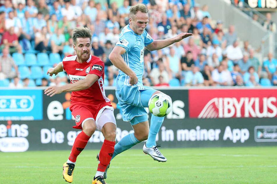 Julius Reinhardt (r., hier im Zweikampf mit Aalens Maximilian Welzmüller) hat schon mal mit Braunschweig im Pokal gegen die Bayern gespielt - und verloren.