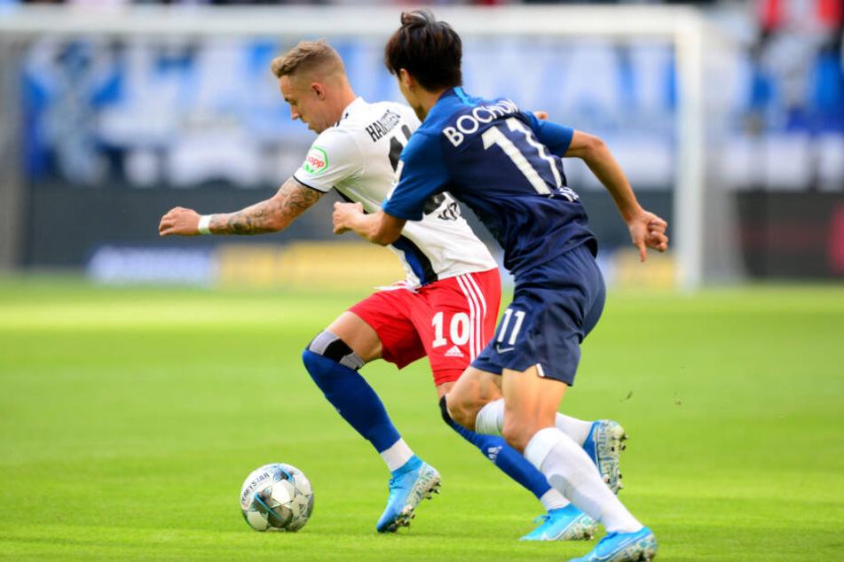 HSV-Spieler Sonny Kittel wird von Bochums Chung-Yong Lee verfolgt.