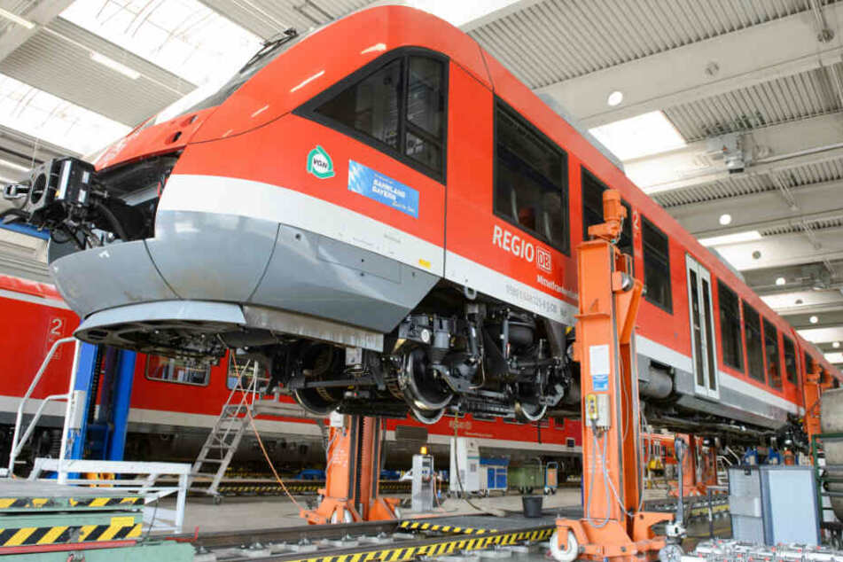 Die Deutsche Bahn reinigt im Freistaat Bayern Züge in gigantischen Waschanlagen.