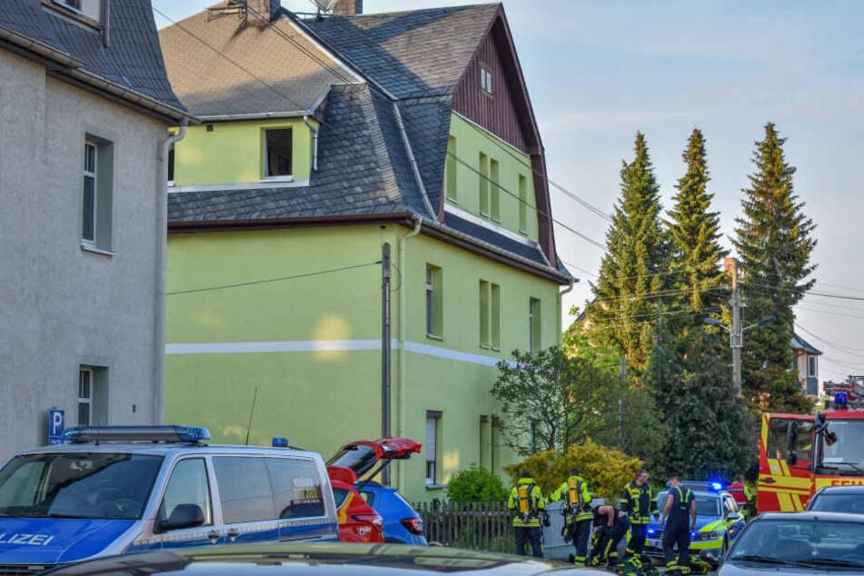 Das Feuer brach am Abend in dem Gebäude aus.