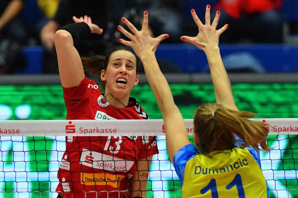 Maria Segura, hier im Angriff gegen Schwerins Beta Dumancic, war mit 20 Punkten die DSC-Topscorerin.