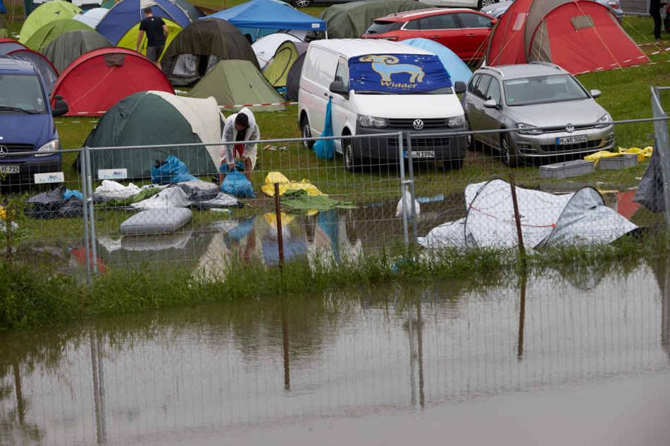 Ein Teich hat sich nach einem kräftigen Gewitterregen auf dem Campinggelände gebildet.