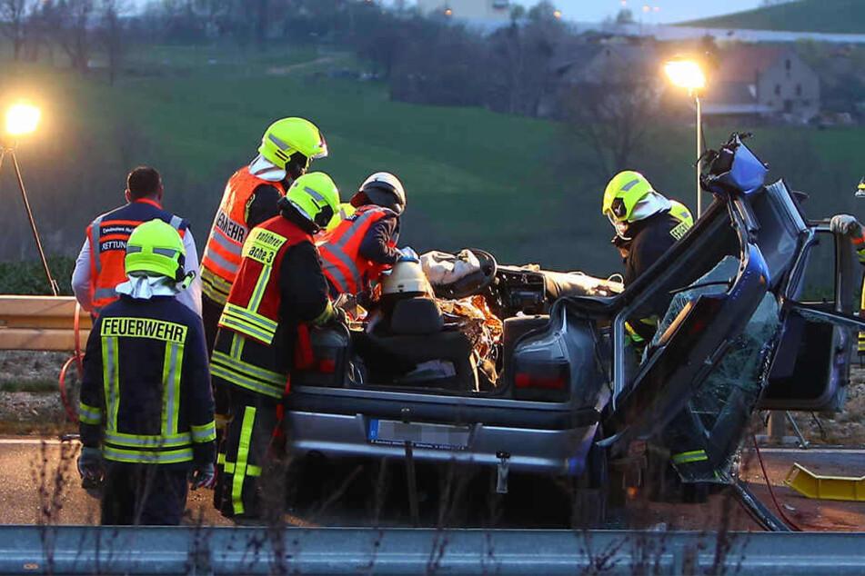Die Rettungskräfte mussten das Dach entfernen, um den Verletzten zu retten.