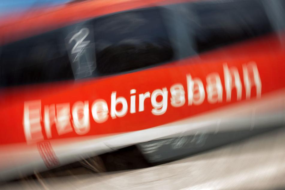 In der Regionalbahn von Aue nach Chemnitz wurde ein junger Mann plötzlich attackiert.