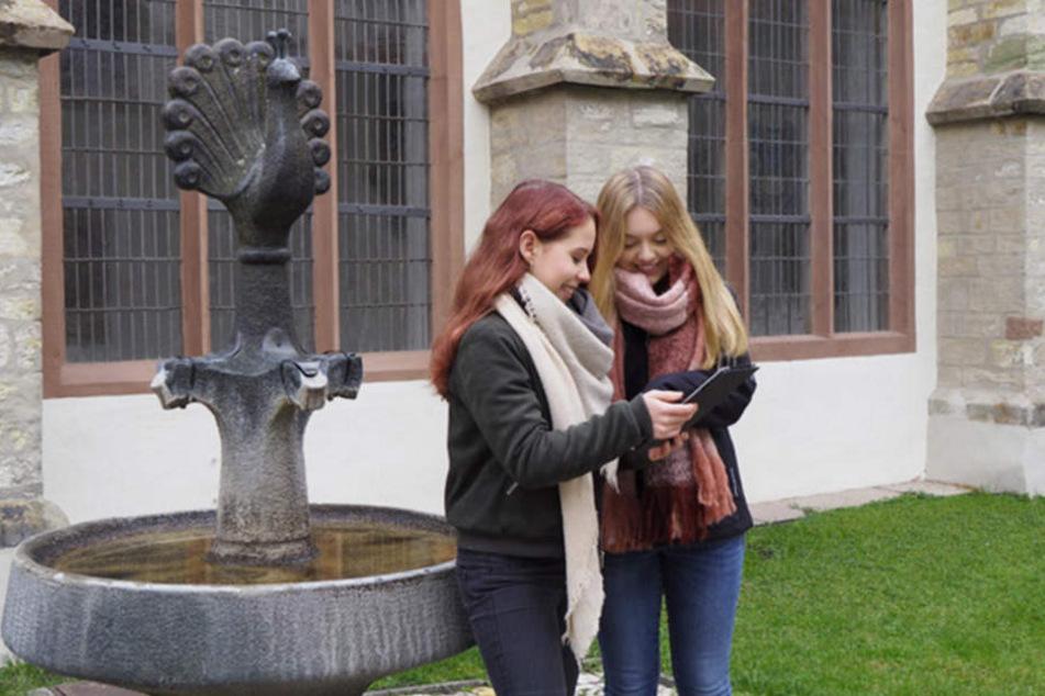 Lisa-Marie und Lisa probieren die App schon aus.