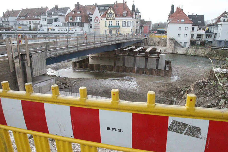 Die Baustelle an der Hansabrücke leidet unter der schlechten Witterung.
