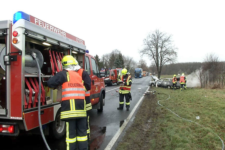 Ein Audi ging nach dem Zusammenprall mit einem Lkw auf der B2 bei Kletzen in Flammen auf.