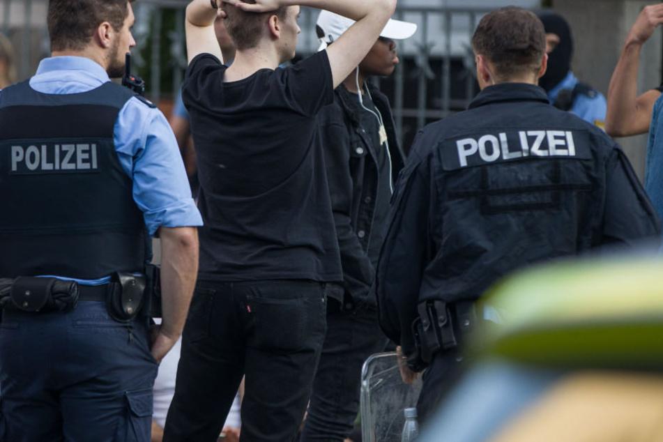 Polizisten wollen wilde Schlägerei beenden, dabei werden drei Beamte verletzt