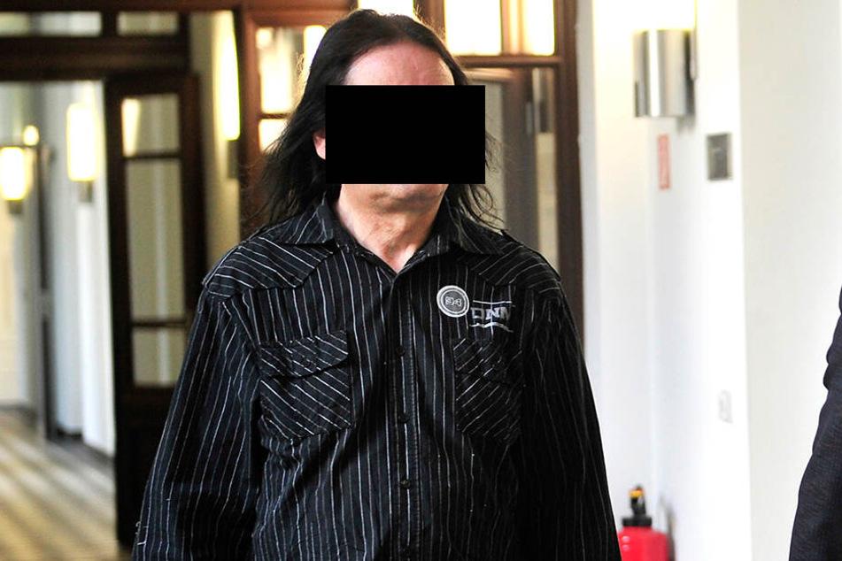 Andreas S. (61, l.) musste sich gestern wegen sexuellen Missbrauchs von Kindern vor dem Chemnitzer Landgericht verantworten.