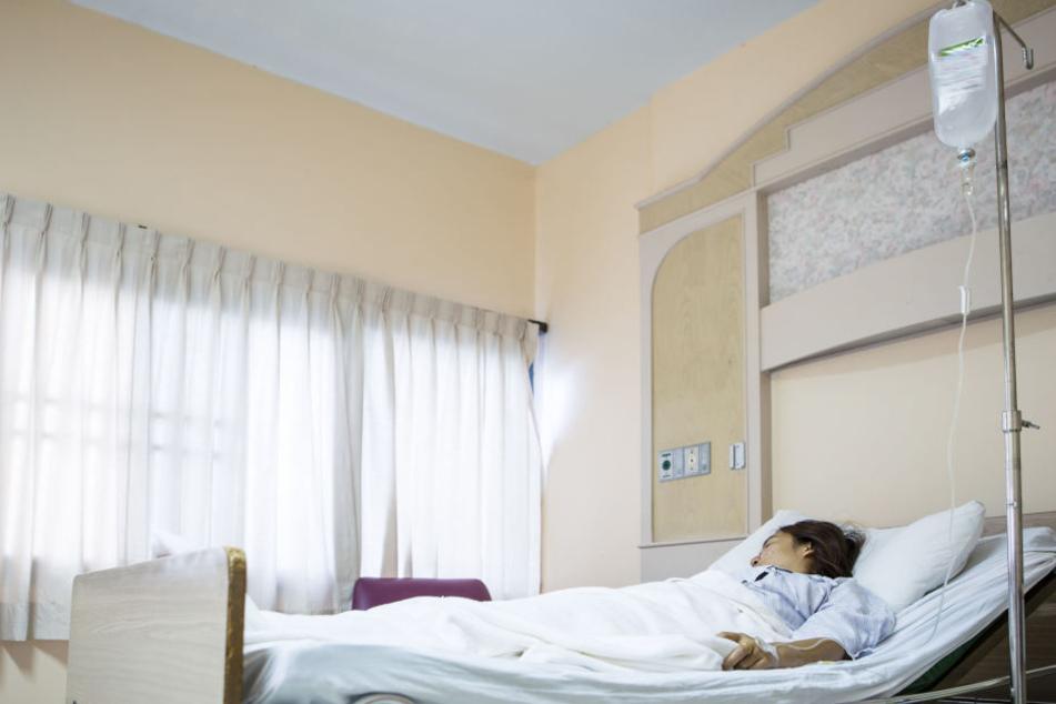 Es soll diskutiert werden, ob es sich um Freiheitsberaubung handelt, wenn Patienten ans Bett gefesselt werden. (Symbolbild)