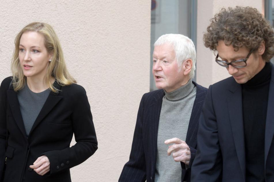 Meike und Lars Schlecker mit ihrem Vater Anton Schlecker (Mitte) auf ihrem Weg durch die Stadt. (Archivbild)