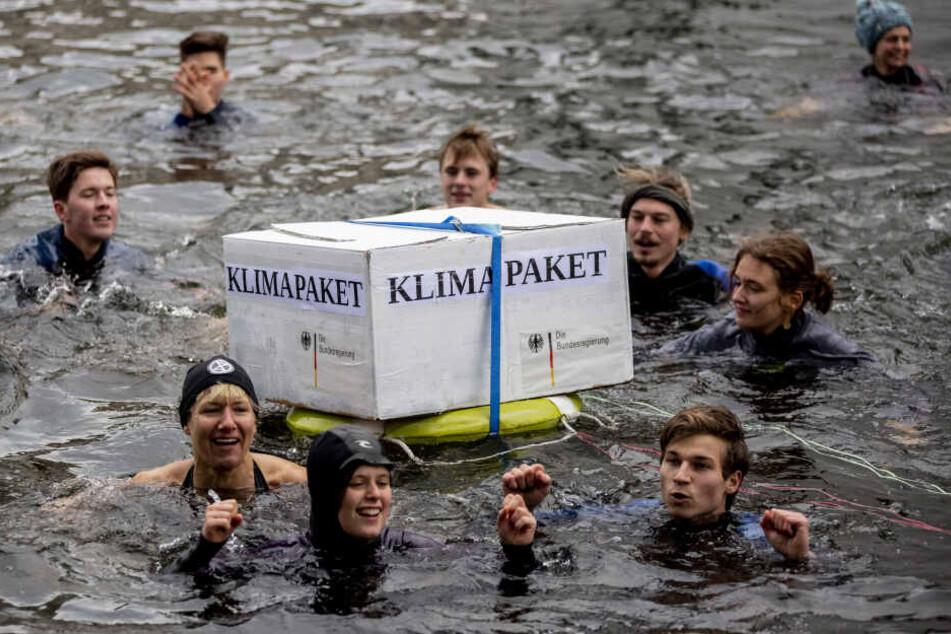 Aktivisten der BUNDjugend protestieren mit einer Bade-Aktion in der Spree zwischen Paul-Löbe-Haus und Marie-Elisabeth-Lüders-Haus des Deutschen Bundestages gegen das Klimapaket der deutschen Bundesregierung