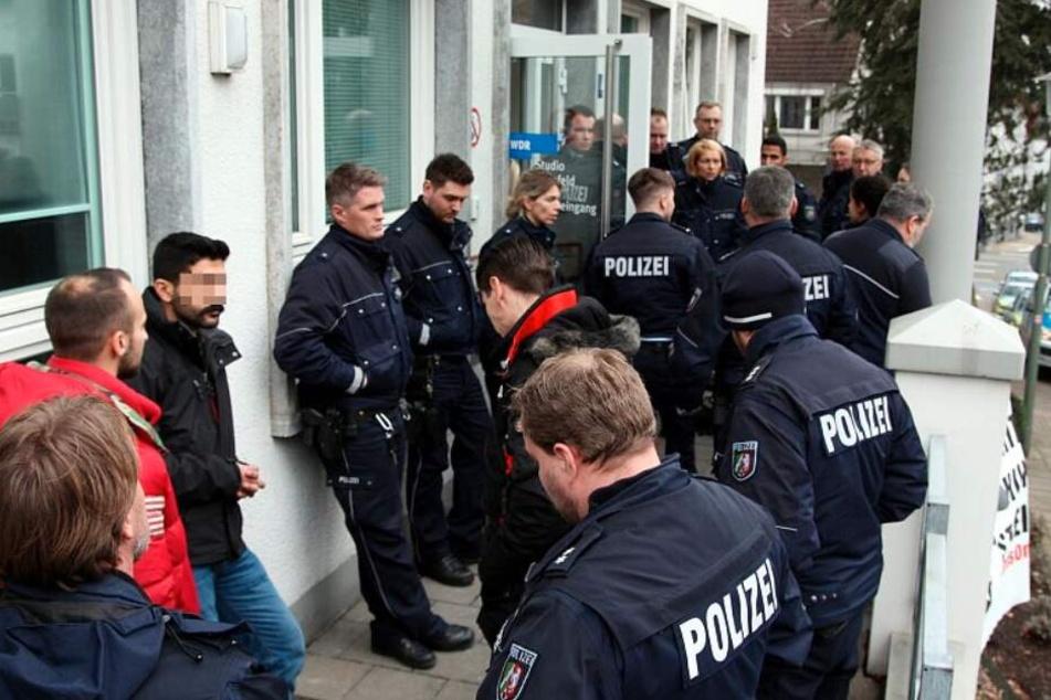 Die Polizisten verwehrten einigen Aktivisten den Zugang zum WDR-Studio.