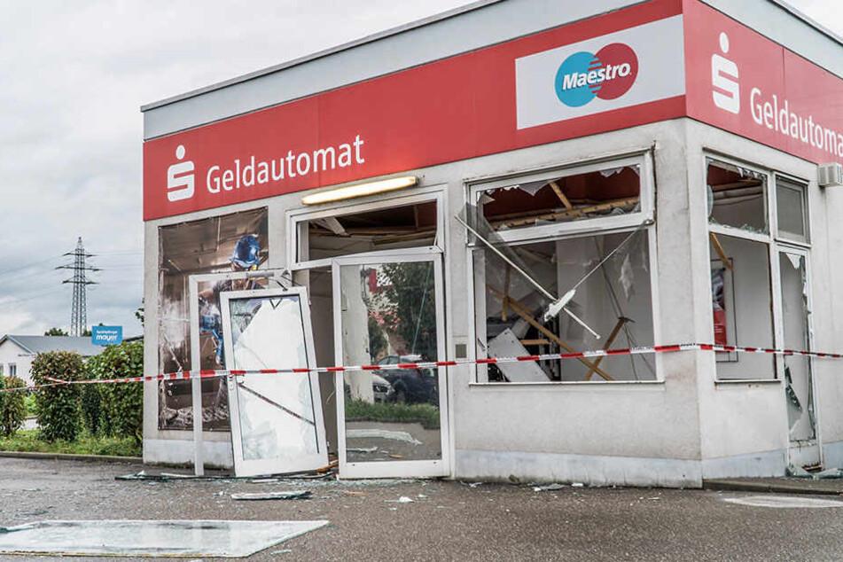 Hier ist ein Geldautomat in der Nähe eines Baumarkts in Offenburg von unbekannten Tätern gesprengt worden.
