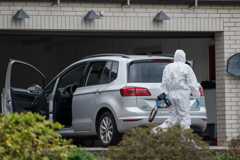 Die Spurensicherung nahm auch den Familienwagen, aus dem das Elternpaar gerettet wurde, genauer unter die Lupe.