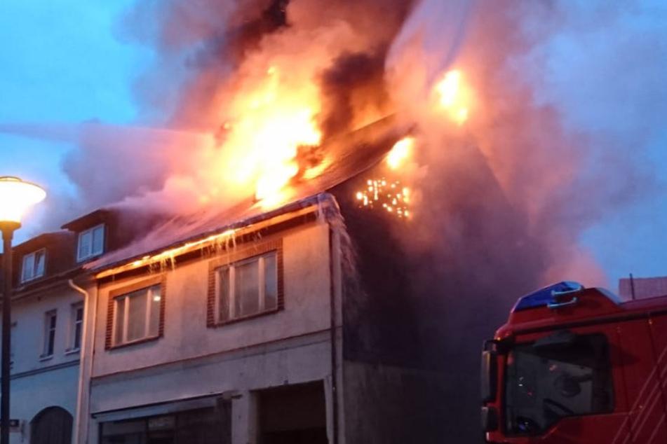 Das Feuer war in einem unbewohnten Haus ausgebrochen und auf ein weiteres Haus übergegriffen.