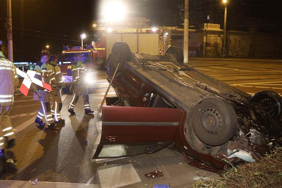 Betrunkener Autofahrer rast Ampelmast um und überschlägt sich